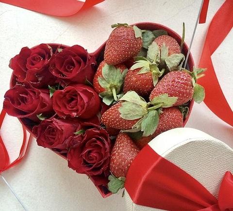 Коробочка с розами и клубникой #11977