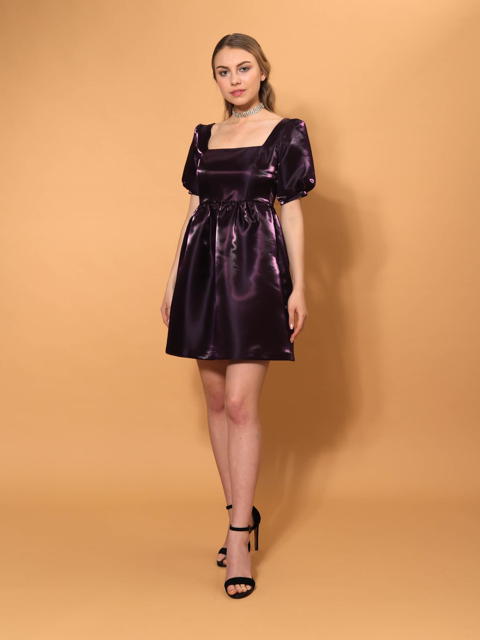 Вечернее платье из блестящей ткани с объемными рукавами мини (фиолетовый)