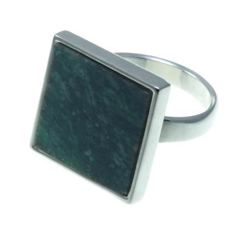 Серебряное кольцо с зеленым мрамором квадратной формы