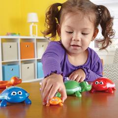 дети играют в Развивающую игру Забавные черепашки Learning Resources
