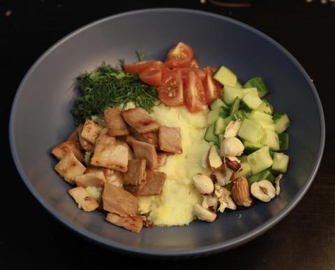 Картофельный боул с жареным тунцом