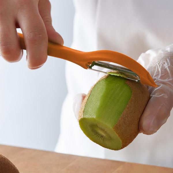 Victorinox Universal Peeler 7.6075.9 - швейцарская овощечистка для овощей и фруктов | Wenger-Victorinox.Ru
