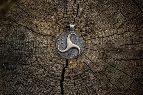 серебряный талисман Трискель
