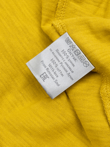 Мужская футболка «Великоросс» горчичного цвета V ворот