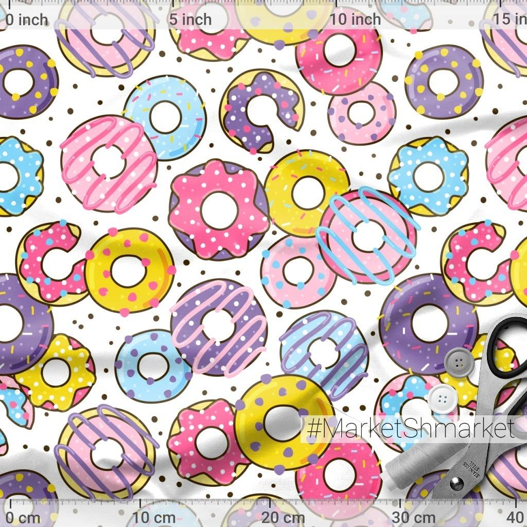 Сладкие пончики на белом