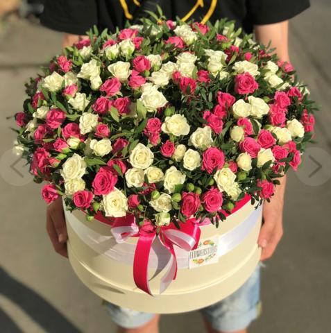 Белые и розовые кустовые розы в коробке