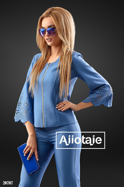 Брючный костюм с перфорацией синего цвета