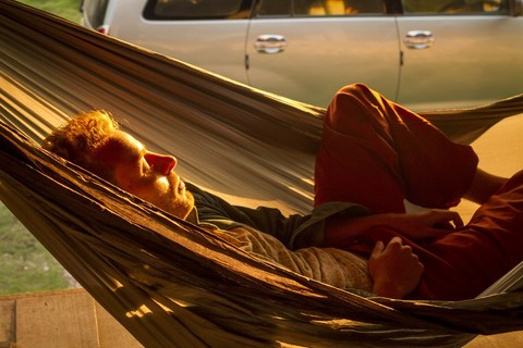 Сплю в гамаке на стоянке.