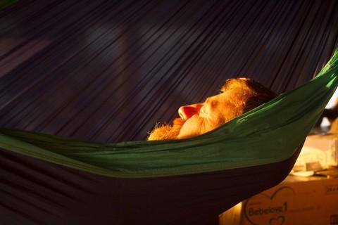 Бородатый мужчина в гамаке.