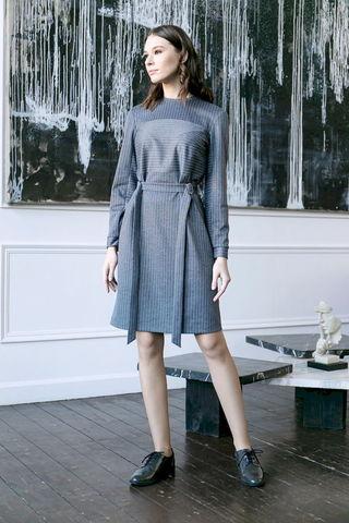 Фото серое платье в полоску с поясом - Платье З465-072 (1)