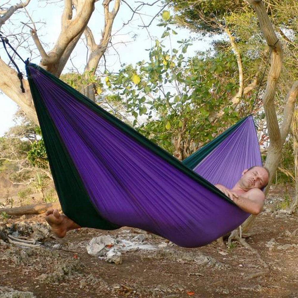 Я сплю в гамаке в лесу.
