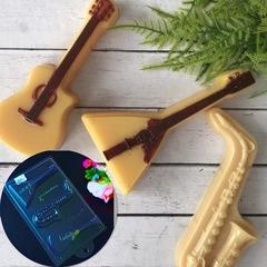 Пластиковая форма для шоколада бол. МУЗЫКАЛЬНЫЕ ИНСТРУМЕНТЫ (балалайка, саксофон, гитара) 140х75мм