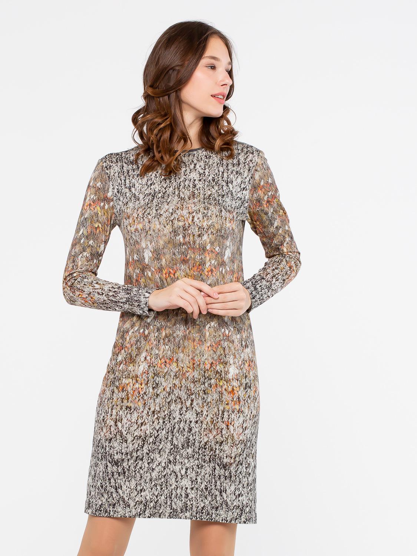 Платье З142-472 - Роскошное платье с завораживающими переливами золотистых оттенков. Ткань с принтом деграде с имитацией вязанного трикотажа визуально скроет недостатки фигуры и выигрышно преподнесет достоинства.Благодаря вискозе кожа дышит и отлично согревает тело в осенне-зимний период. Комфортное и практичное платье свободной формы будет незаменимым на все повседневные случаи жизни.