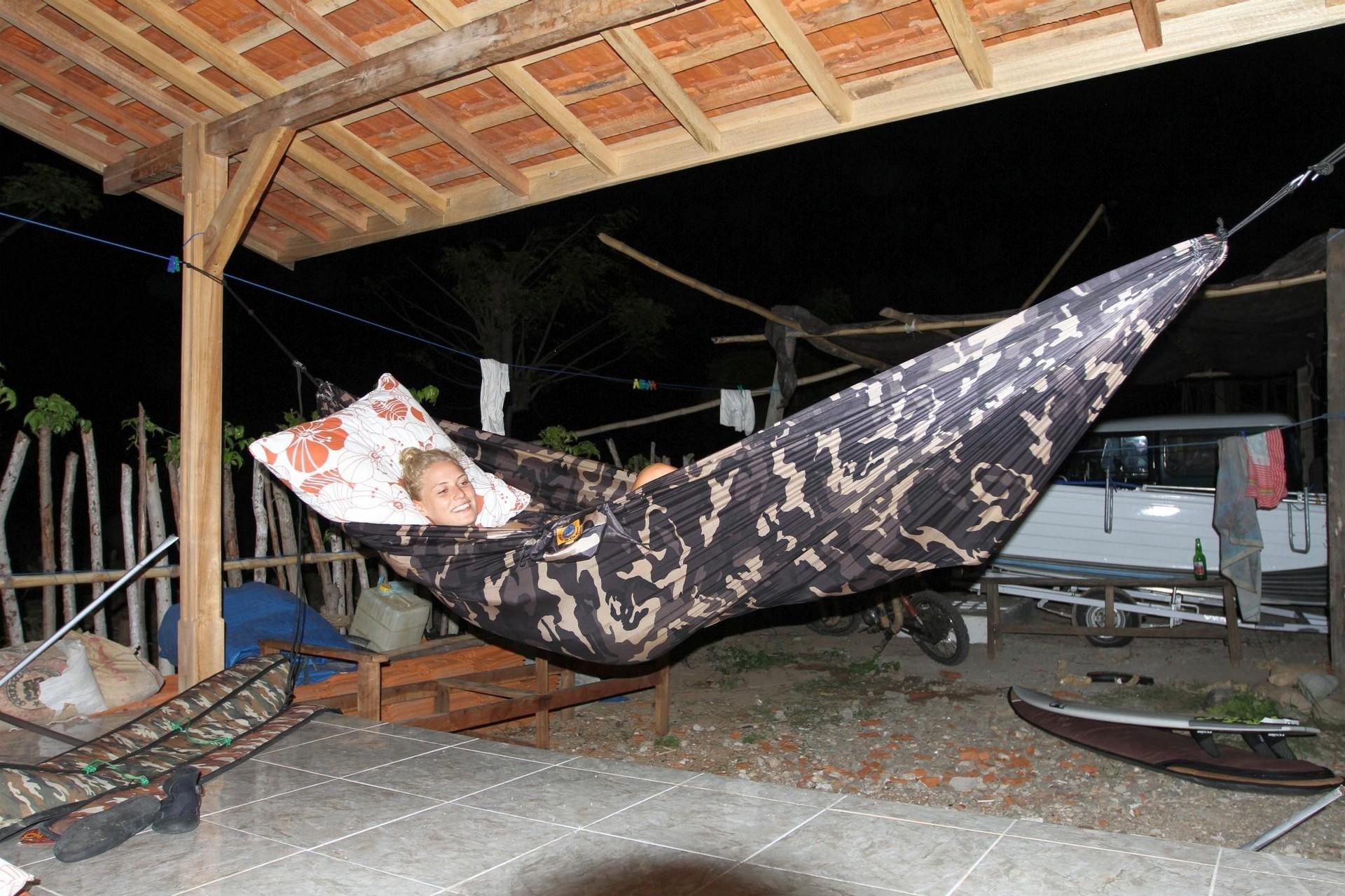 Сон в летнюю ночь в гамаке под крышей.