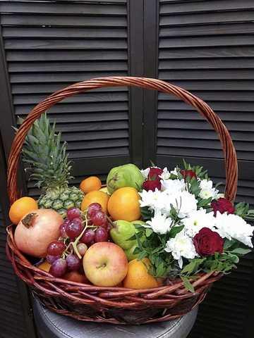 Цветы в корзинке с фруктами #98875