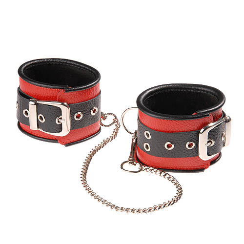 Красно-чёрные кожаные оковы, соединенные цепочкой