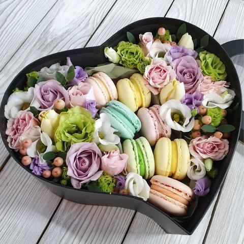Коробочка с Макарон и цветами (в ассортименте)