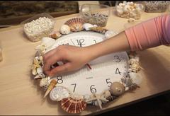Украшаем часы ракушками