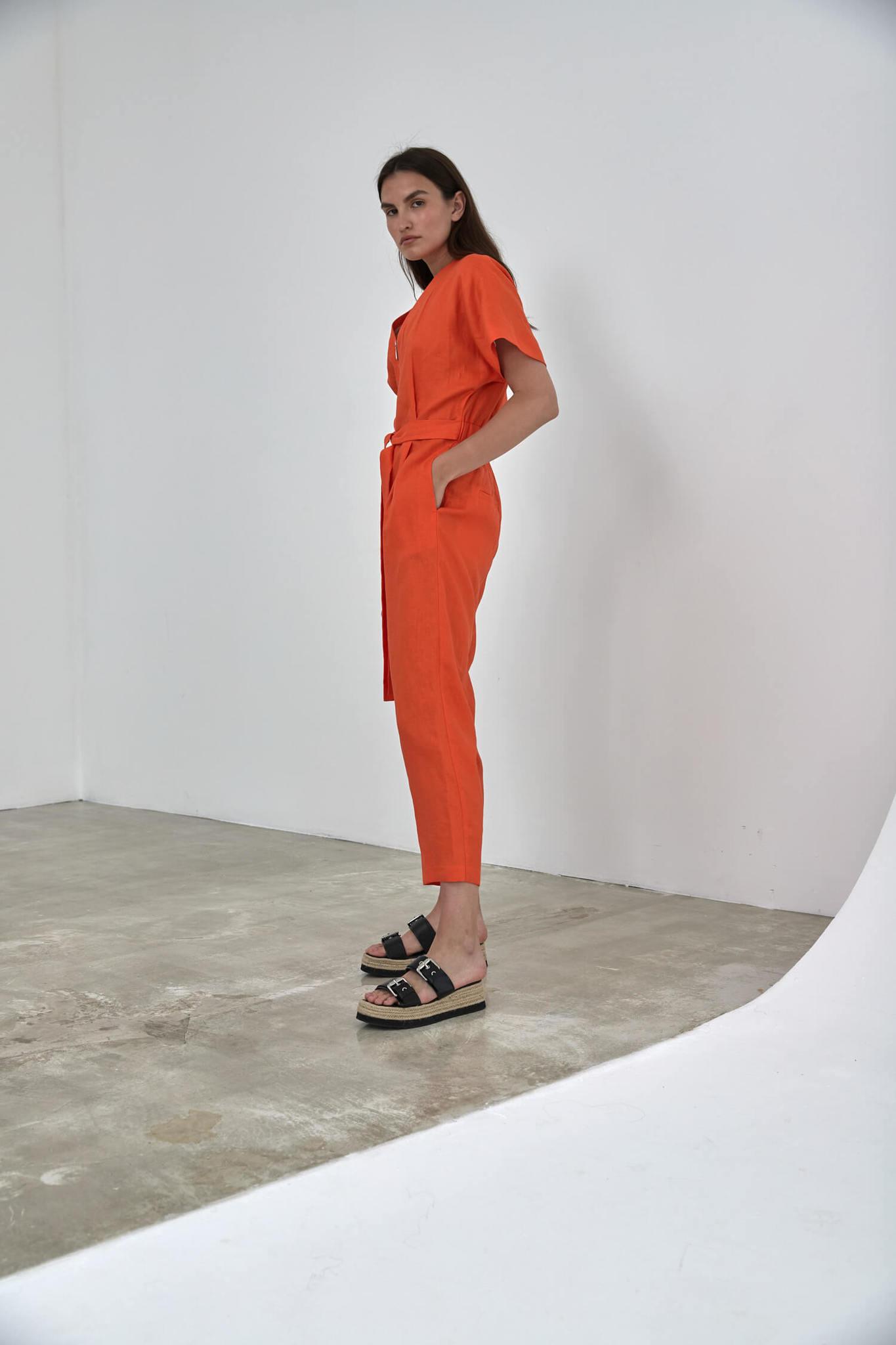 Комбинезон с укороченным рукавом приталенный, лен красный апельсин