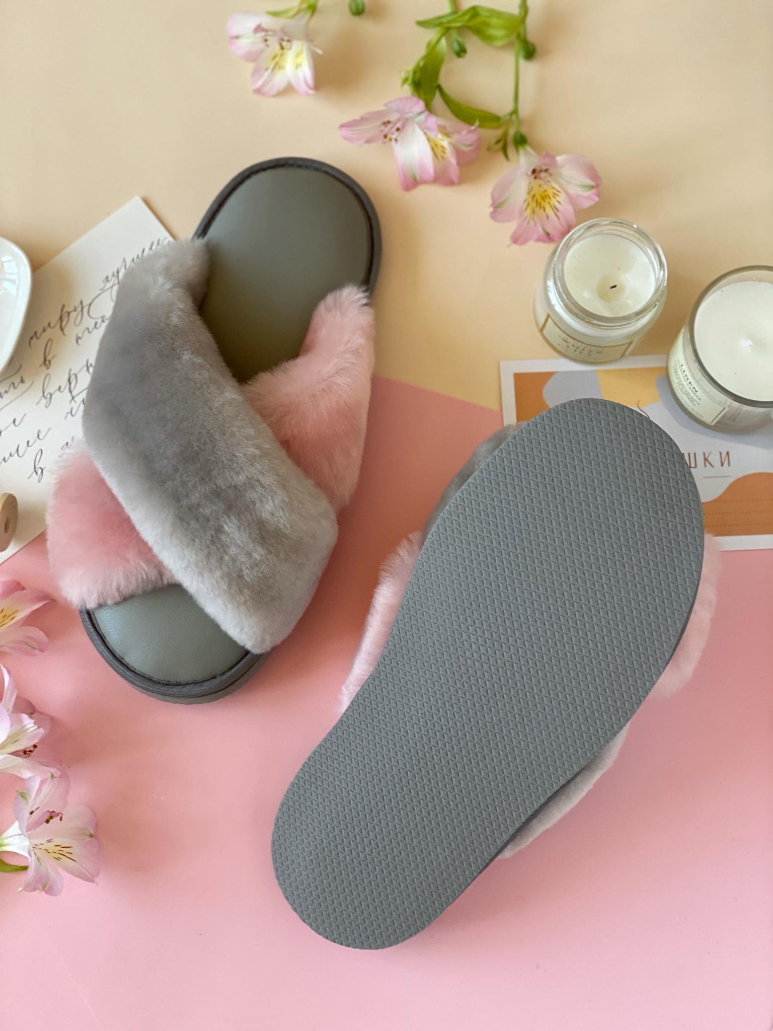 Меховые тапочки с перекрестными шлейками контрастными (дымчатый+розовый) и стелькой из экокожи серой