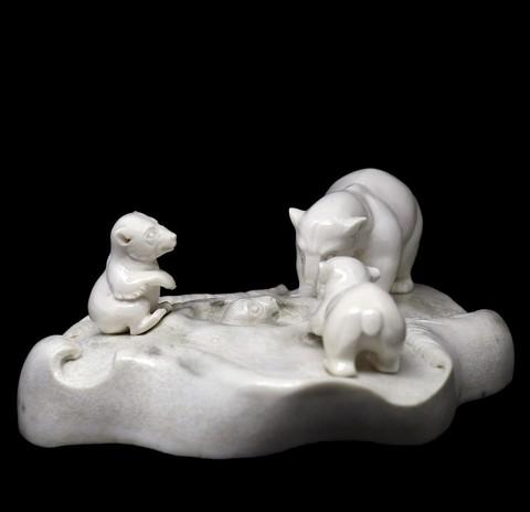 Композиция из бивня мамонта «Медведи на водопое»