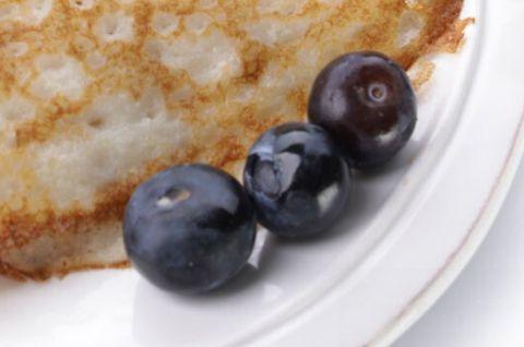 Фотография блинов без глютена с ягодами