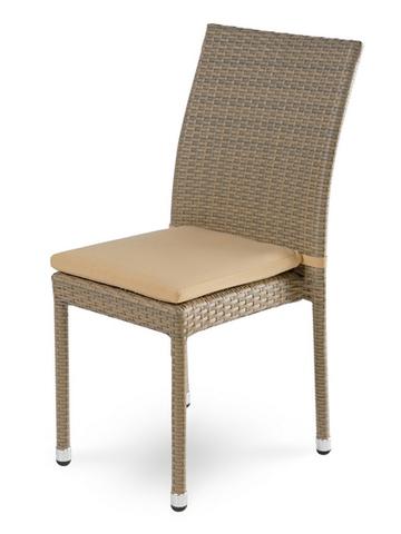 стул из искусственного ротанга