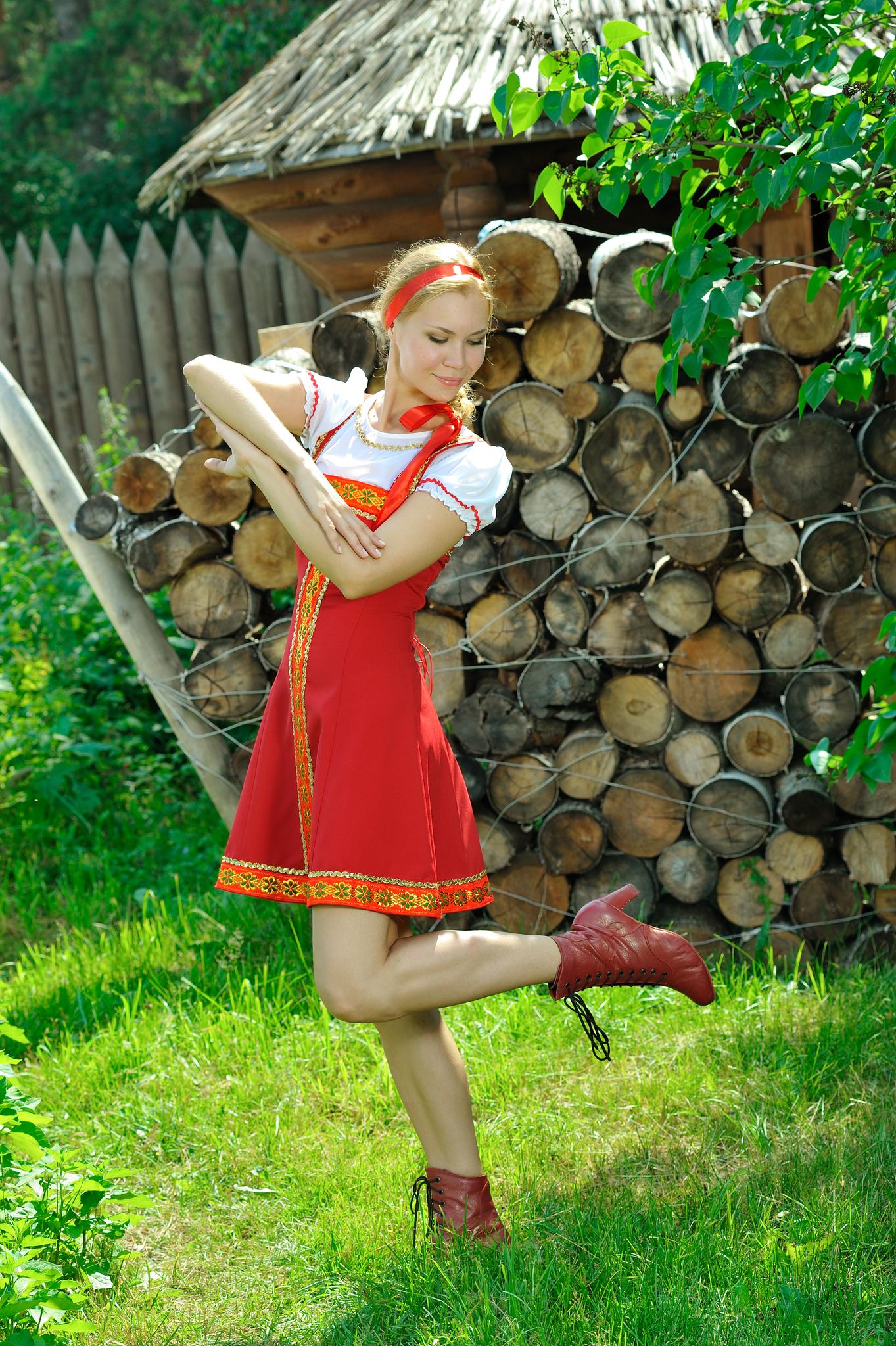 Русский народный костюм вид сбоку