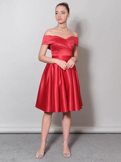 Вечернее платье А-силуэта из атласа со спущенными плечами миди (красный)