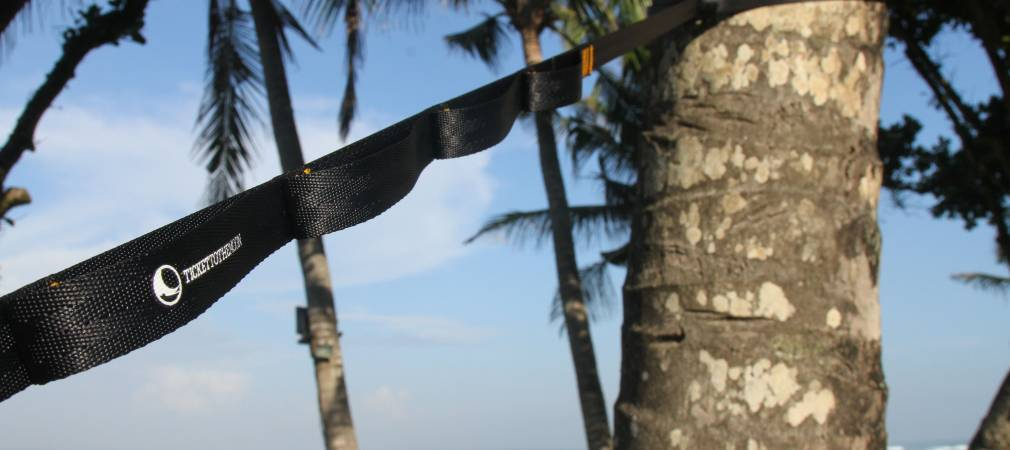 Крепление гамака на дереве с помощью веревок и стрэпов.
