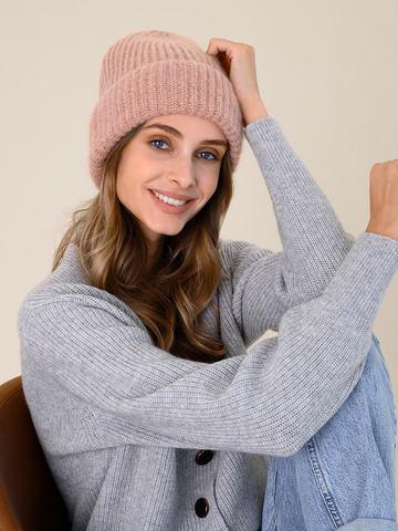 Женская шапка бежевого цвета из мохера - фото 4