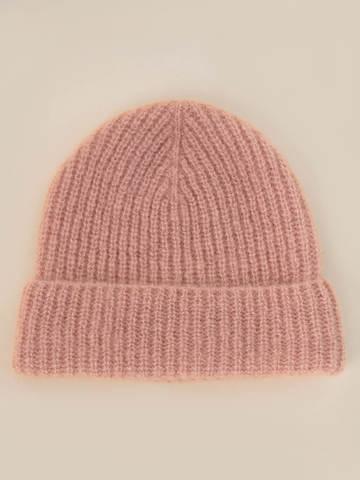 Женская шапка бежевого цвета из мохера - фото 2