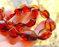 бусы из янтаря при солнечном освещении
