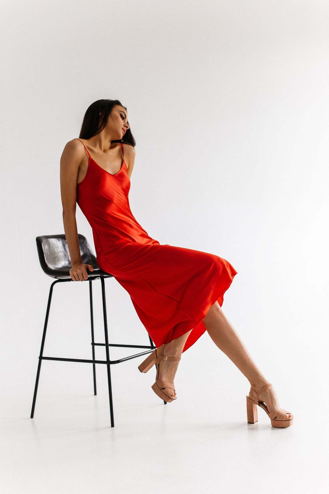 Красное миди платье из натурального шелка