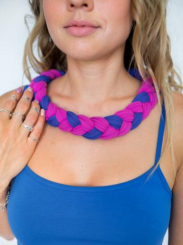 Бусы из трикотажной пряжи ягодно-фиолетовые с синим (крупное плетение)