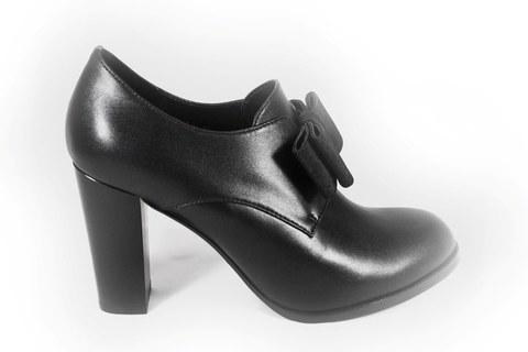 Черные туфли на  высоком каблуке