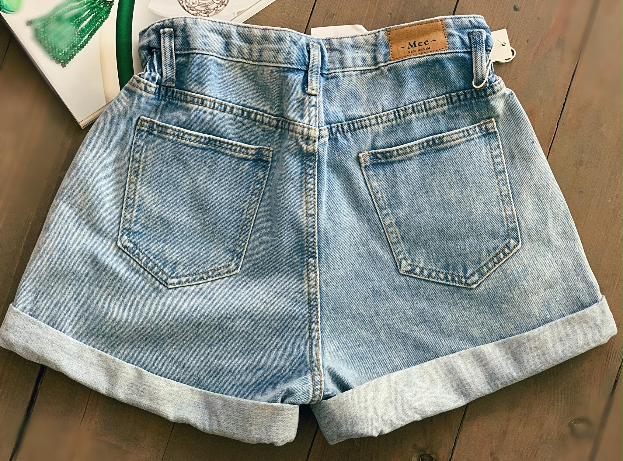 Джинсовые шорты с подгибом и с косыми карманами