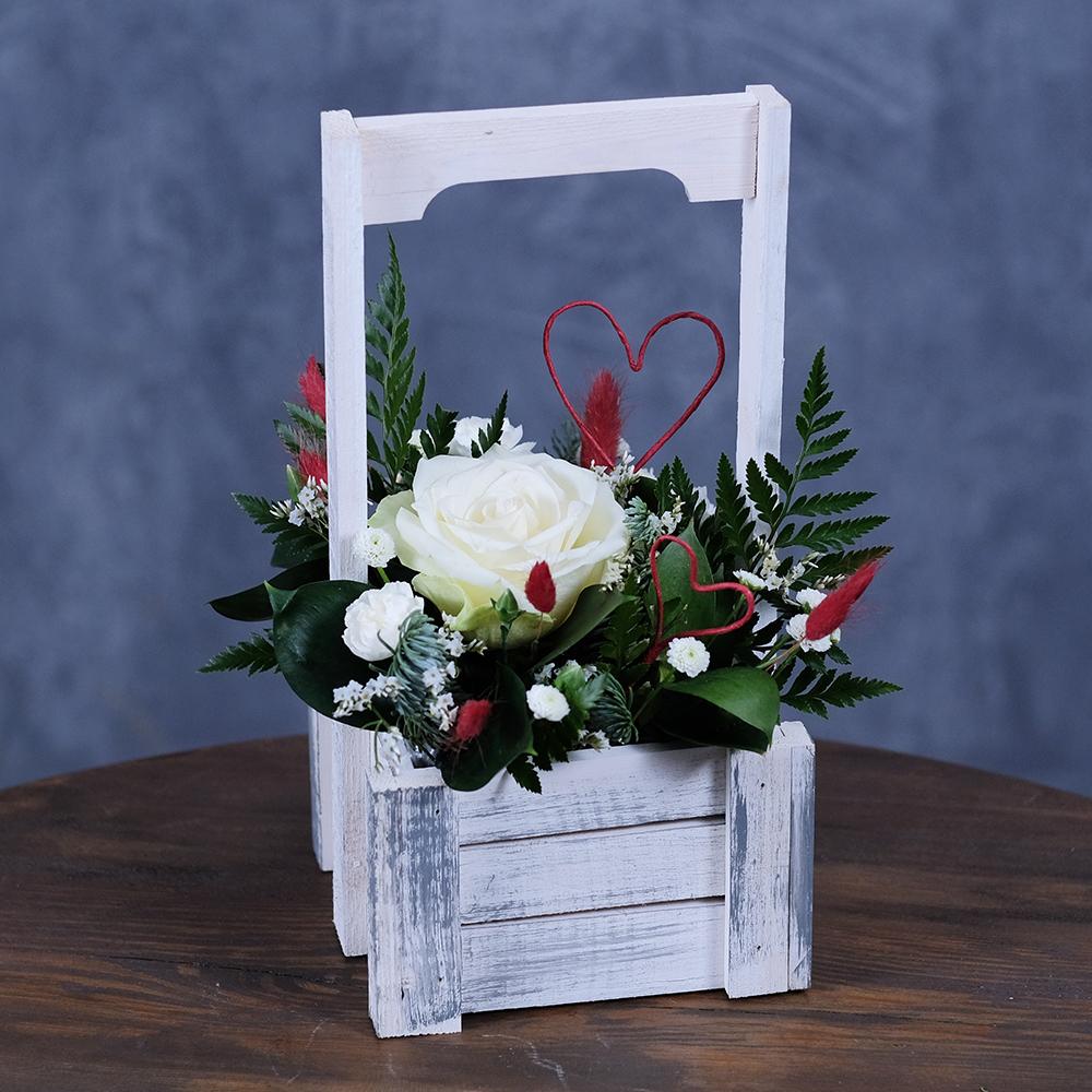 Заказать композицию из цветов в деревянном ящике Пермь белая роза ко дню святого валентина