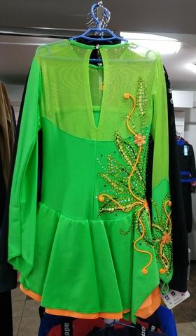 Платье зеленый/оранжевый со стразами б/у, рост 140 см + чехлы + лента