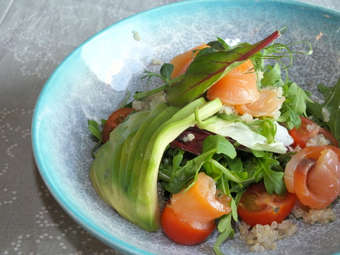 Салат с лососем шеф-посола авокадо и киноа
