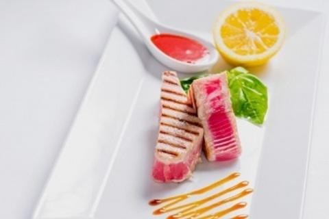 Соковитий стейк з тунця на живому вогні / Toothsome tuna steak on open fire