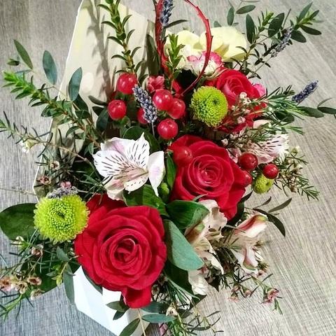 Конверт с алыми розами, хризантемами, альстромериями и зеленью