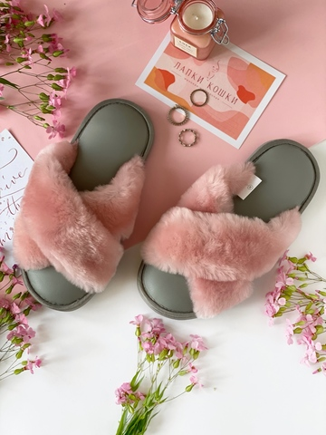 Меховые тапочки розовые с перекрестными шлейками с кожаной стелькой светло-серой