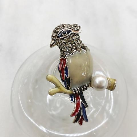 Брошь Птица Свиристель с жемчугом белый