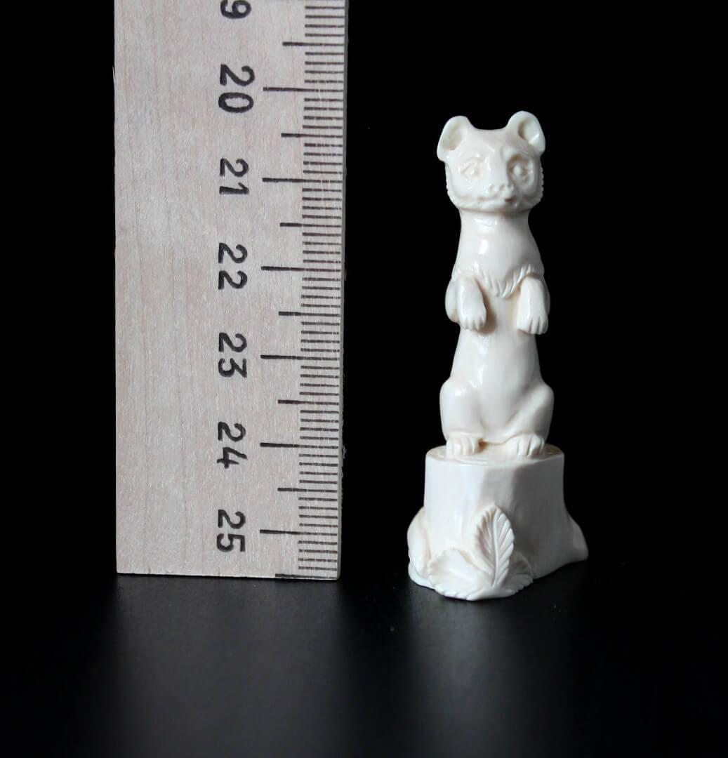 Скульптура из бивня мамонта «Колонок на пеньке»