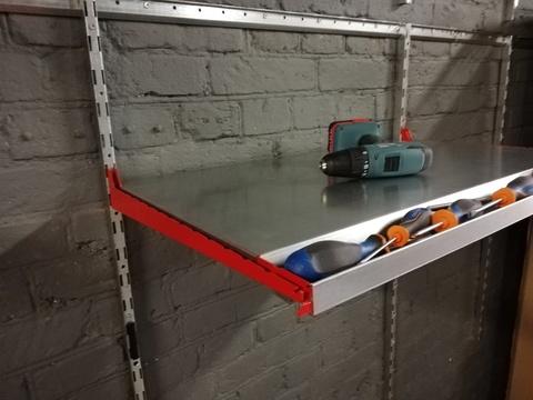 Полка металлическая с лотком для инструментов (система IF). Глубина 520 мм.