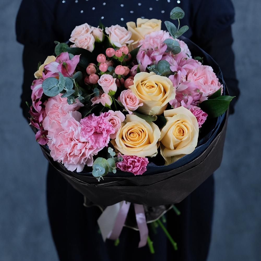 Купить скромный букет с персиковыми розами в Перми доставка на дом заказ онлайн