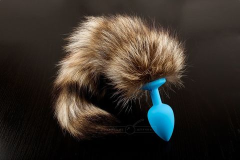 Голубая силиконовая анальная пробка с хвостом енота - 6 см.