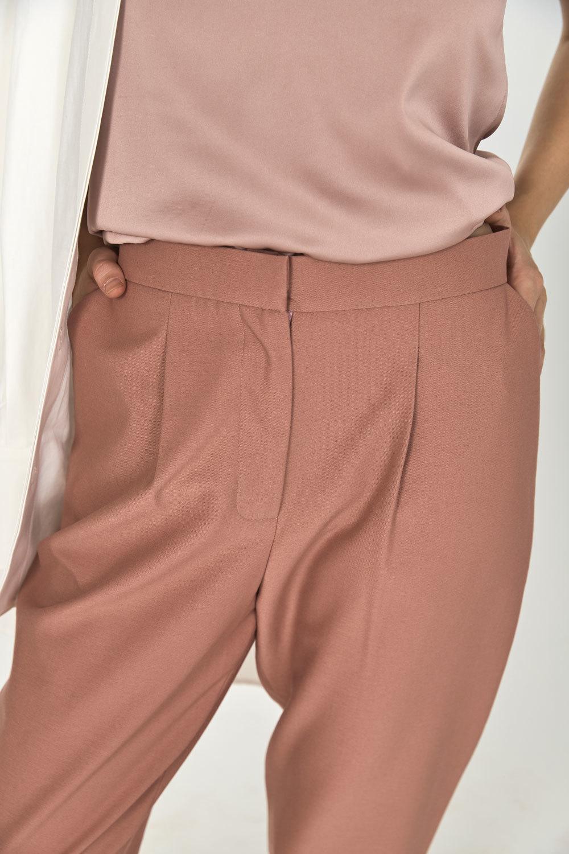 Брюки-дудочки с защипами (костюмный твил), розовая пудра