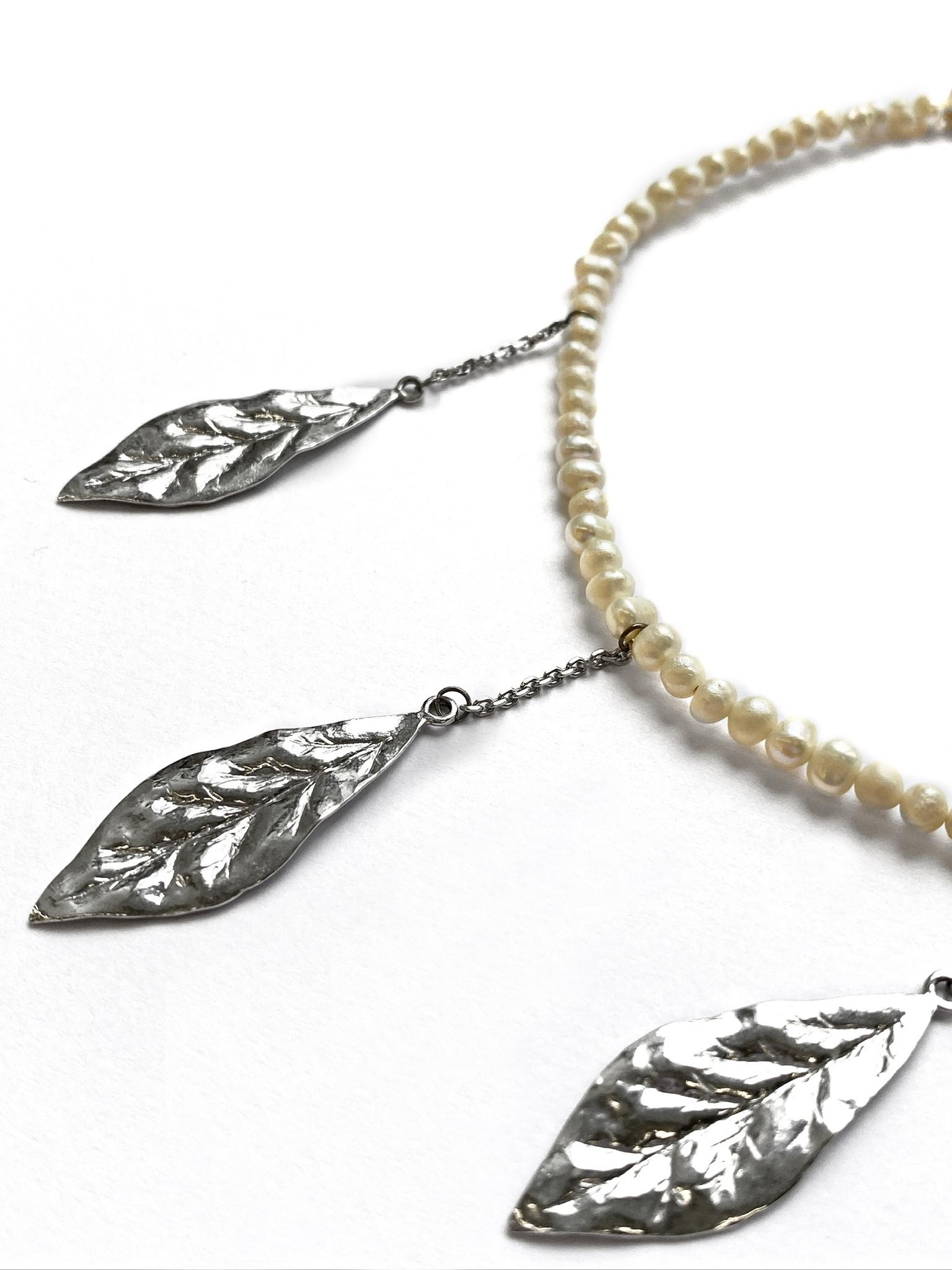 Серебряное колье-чокер с листьями